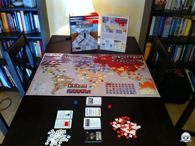 Alles fängt harmlos in der ersten Runde im Jahr 1945 an, mit gerade mal 15 sowjetischen und 25 amerikanischen Einflussmarkern, teilweise fest vorgegeben, teilweise frei verteilbar.