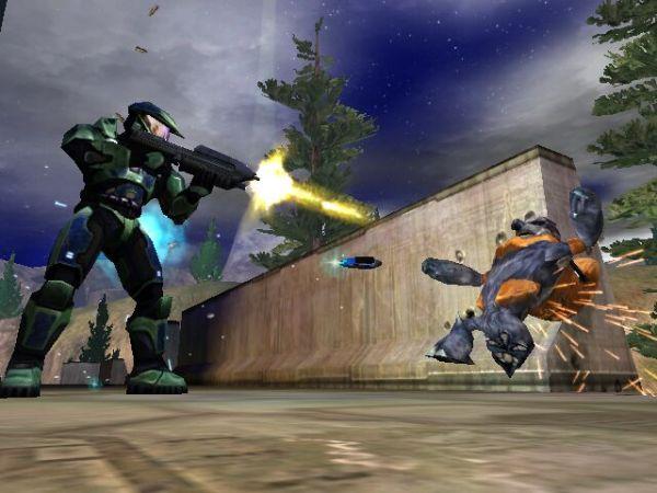 Halo<br><br>Die Entstehungsgeschichte von Halo ist reichlich bizarr: Zuerst als reiner PC-Shooter in Arbeit wurde Entwickler Bungie mitten im Designprozess von Microsoft aufgekauft - und so wurde daraus der Vorzeigeshooter für die brandneue Xbox-Konsole, eine Killer-Applikation, ein Spiel, das eigentlich jeder haben musste, der die Konsole kaufte. Und dann wurde es irgendwann auch mal gnädigerweise wieder »zurück« auf den PC umgesetzt - in nicht gerade optimaler Form. Was nichts an dem Einfluss änderte, den Halo auf Konsolenshooter hatte: Erst mit diesem Spiel begann die Domäne von Maus und Tastatur langsam zu bröckeln, nicht umsonst wurde in der Zeit nach Halo auch für PC-Shooter oft hoffnungsvoll der Begriff »Halo-Killer« genutzt - ein deutliches Zeichen für die Qualität, die Bungie ablieferte. Obgleich man die Bibliothek dabei nicht vergessen sollte... 1718124