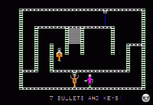 1981 waren Blindschleichen out, daf�r Nazischleichen in: Silas Warner ver�ffentlichte sein �Castle Wolfenstein� �ber Muse Software und begr�ndete damit das Genre der Stealth-Action. In dem Apple 2-Spiel musste ein Agent die 60 R�ume von Schloss Wolfenstein nach Dokumenten durchsuchen, die den Zweiten Weltkrieg beenden k�nnten. Man konnte zwar ballern, aber Munition war ein rares Gut, und der L�rm sorgte f�r viel unn�tige Aufmerksamkeit. Also schlich man vorsichtig an Wachen vorbei, klaute Uniformen, um sich zu tarnen und durchw�hlte die Taschen erledigter Feinde nach n�tzlichen Items - au�erdem durfte man Kisten knacken, die nicht nur n�tzliche Gegenst�nde, sondern auch Wein, Schnaps, Eva Brauns Tageb�cher sowie, nat�rlich, Bratwurst enthielten. Ein absoluter Klassiker, der nicht nur durch sein Spielprinzip, sondern auch durch die Verwendung digitalisierter Sprachausgabe f�r Aufsehen sorgte - die Gegner schrien �Halt!�, �Kommen Sie!� und �Raaargchhhh!�, was damals eine Sensation war. Zusatzanekdote: John Romero und John Carmack waren riesige Fans des Spiels, deren 3D-�Nachfolger� sollte urspr�nglich auch viel schleichiger sein - schlussendlich entschied man sich aber dagegen und verlagerte den Schwerpunkt auf die Balleraction...