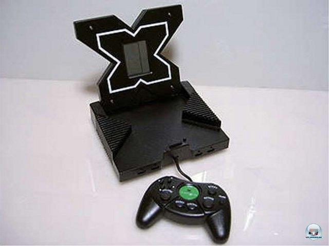 <b>Xbox-Kopie</b><br><br>  Futuristisches Design gefällig? Dieser Xbox-Klon orientiert sich nicht am Original, sondern am frühen Prototyp von Microsofts erster Konsole. Öffnet man die Klappe, kommt allerdings nur ein einfaches LCD-Spielchen wie Tetris zum Vorschein. 2376572