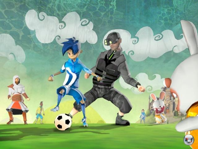 <b>Academy of Champions:</b><br><br>Die Welt der Fußballspiele ist eine einfache: Auf der einen Seite FIFA, auf der anderen PES - was anderes existiert eigentlich nicht. Bis jetzt zumindest. Was Ubisoft mit Academy of Champions auf der E3 aus dem Hut gezaubert hat, lässt aber darauf hoffen, dass das Machtgefüge vielleicht ganz leicht erschüttert wird. Immerhin gibt Fußballgott Pelé seinen guten Namen für das Spiel her. Was, es wird nur ein Arcade-Kick? Egal! Die Rabbids kommen drin vor! 1962398