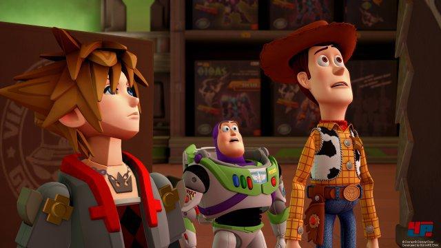 Die Toy-Story-Welt leidet darunter, dass nicht die Original-Sprecher mit von der Partie sind. Visuell ist sie nicht von den Pixar-Filmen zu unterscheiden.