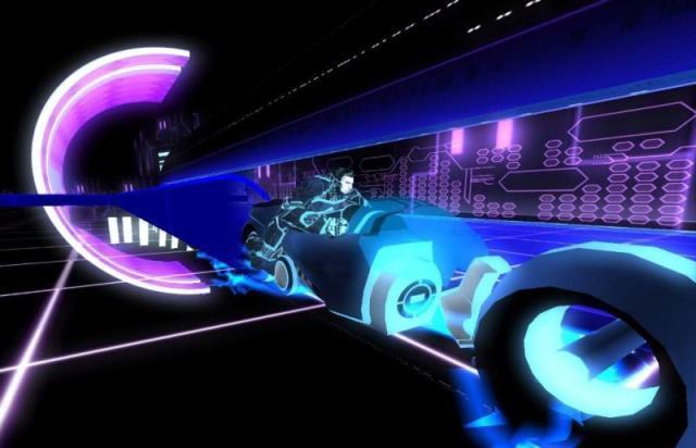 Tron 2.0 (2003)<br><br>Da gibt es aber auch die andere Seite von Disney - nämlich jene, die mit Comics und Kindern nur am Rande zu tun hat. Und auf dieser findet man u.a. das stilbildende Tron, dem die späteren F.E.A.R.-Entwickler mehr als 20 Jahre nach Kinostart einen famosen Ego-Shooter widmeten. Zwar gab es auch vorher einige Spiele, die die im Film gezeigten Motorcycle-Rennen oder das Disc-Duell spielerisch nutzten - darunter das offizielle Filmspiel von Midway und die packende Mehrspieler-Hatz Armagetron - aber erst mit Tron 2.0 konnte das strahlende Neon überzeugend in eine interaktive Welt übertragen werden. 2178973