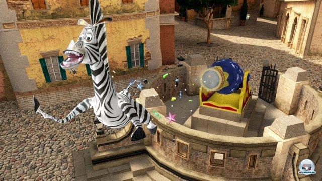 Marty kann sich auf hohe Türme schießen lassen. Vorher muss die zweite Figur oft Schalter umlegen, sonst klatscht das Zebra gegen eine verschlossene Tür.