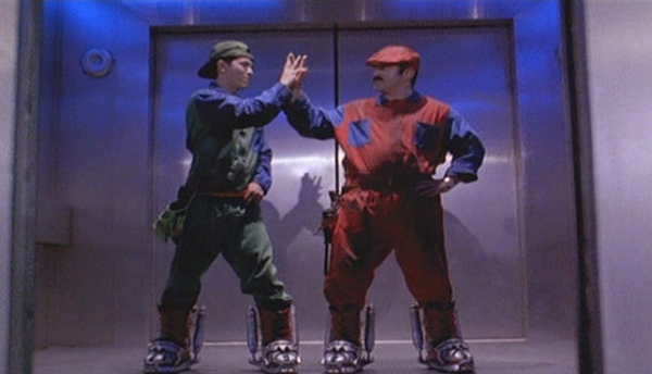 Super Mario Bros. (1993)<br><br>Dass es die Qualität eines Films per se nicht automatisch verbessert, wenn man ihn nur mit genug Stars vollstopft, sieht man nicht nur an den Grausamkeiten des Uwe Boll (dazu gleich mehr), sondern auch an der Verfilmung der bekanntesten Videospielserie der Welt: Bob Hoskins gibt den Mario, Dennis Hopper den King Koopa, Alan Silvestri schrieb den Soundtrack und die Stimme von Dan Castellaneta, sonst als die von Homer Simpsons bekannt, gab's auch zu hören. Das Ergebnis: Ein bemüht witziger, erschreckend dunkler, vollkommen storyfreier Mist, der an der Kinokasse grandios scheiterte. 1723071