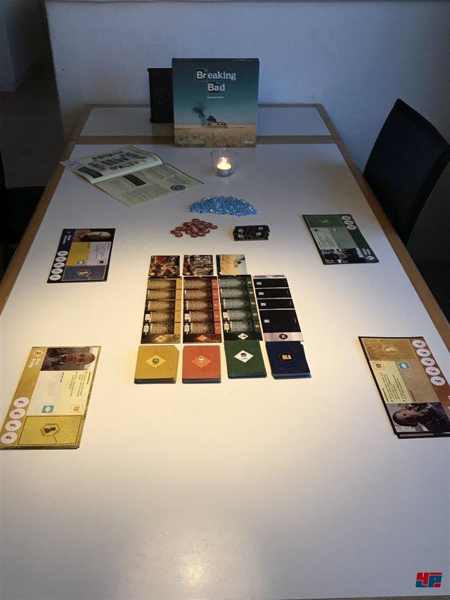 Breaking Bad ist komplett auf Deutsch bei Asmodee erschienen. Es kostet etwa 35 Euro und ist für drei bis acht Spieler ausgelegt.