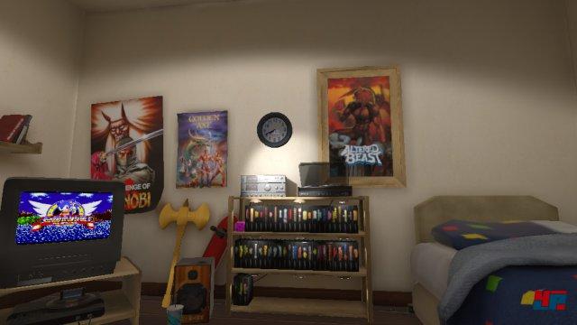 Ein Zimmer im Zeichen von Sega - mitsamt einem alphabetisch sortierten Spieleregal.