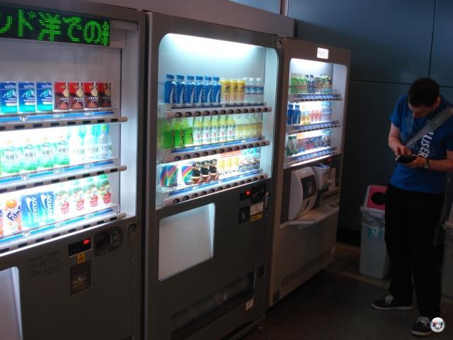 Dinge, die wir in Japan am meisten vermissen werden: Die sprichwörtlich an jeder Ecke stehenden Getränkeautomaten, aus denen man sich jederzeit und für wunderbar wenig Geld herrlich kühle oder bemerkenswert heiße Getränke ziehen kann. Pocari Sweat wird mir sehr fehlen: Der Name mag bescheuert klingen, aber der isotonische Drink ist einfach ein Erfrischungshammer! Macht bestimmt Nasenkrebs oder so, das muss es aber wert sein. 2012428