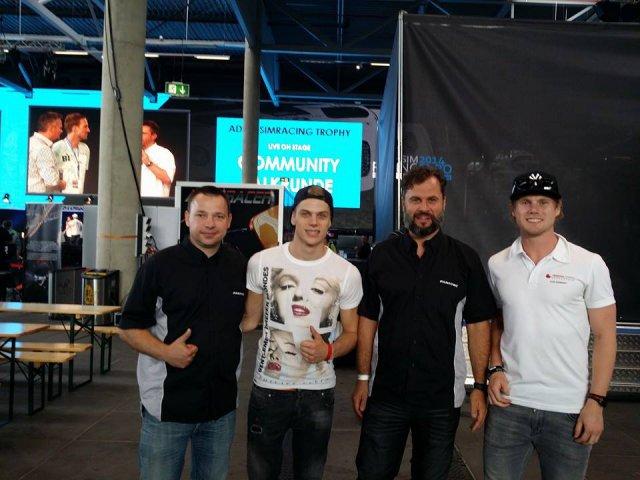 Thomas Jackermeier (rechts in schwarz) mit seinem Entwicklungsleiter Bernhard Conrad (links) und den zwei schnellsten Fahrern auf der SimExpo am N�rburgring.