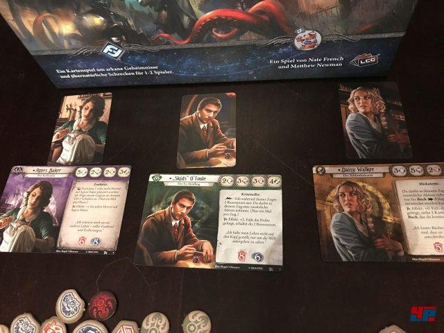 Arkham Horror - Das Kartenspiel ist im Februar komplett auf Deutsch beim Heidelberger Spielverlag erschienen, der schon im Januar von Asmodee gekauft wurde. Es kostet 35 Euro und ist für einen bis zwei Spieler ausgelegt.