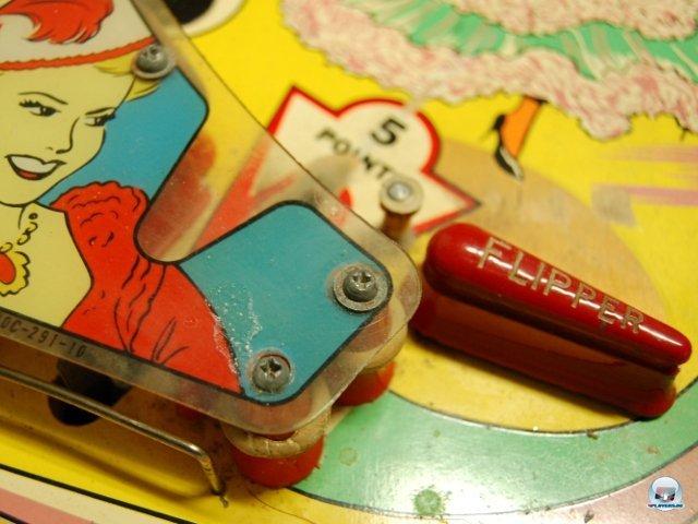 <b>Jeder kennt ihn - den klugen Delfin</b> <br><br> Später kamen die Flipper-Hebel dazu, um die Kugel länger im Spiel zu halten. Der Name ist übrigens von der gleichnamigen TV-Serie abgeleitet, weil die Form Spieler und Konstrukteure an eine Delfinflosse erinnerte. Da das Konzept 1963 noch nicht sonderlich bekannt war, hat Williams auf den unteren Rand dieses Tisches (Merry Widow) einen fetten roten Hinweis gedruckt: