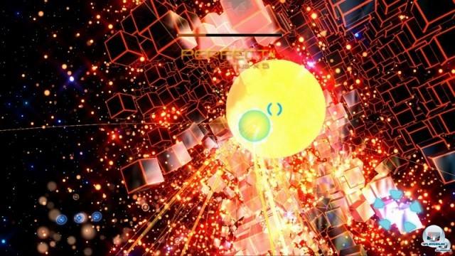 <b> Child of Eden </b><br><br>Das Waffensystem aus Panzer Dragoon taucht auch im psychedelischen Musik-Shooter Rez und dem frisch f�r die Xbox 360 ver�ffentlichten Nachfolger Child of Eden auf: Bis zu acht Gegner lassen sich markieren, bevor die Raketen automatisch ans Ziel zischen. Die surrealen Traumwelten sehen hier allerdings um einiges durchgeknallter und bunter aus - Tetsuya Mizuguchi lie� sich von Kandinski-Werken und der fr�hen Techno-Szene inspirieren.