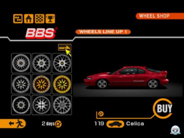 <b>Gran Turismo 2 (1999, PlayStation) </b><br><br> Ein gutes Jahr später legte Polyphony eine Schippe drauf: Diesmal standen rund 650 Wagen und 27 Strecken zur Verfügung - inklusive der neuen Rally-Kurse. Spielerisch änderte sich wenig: Neuerdings konnte man z.B. Veranstaltungen einzeln angehen, wenn man nicht das komplette Turnier bestreiten wollte. 92460754