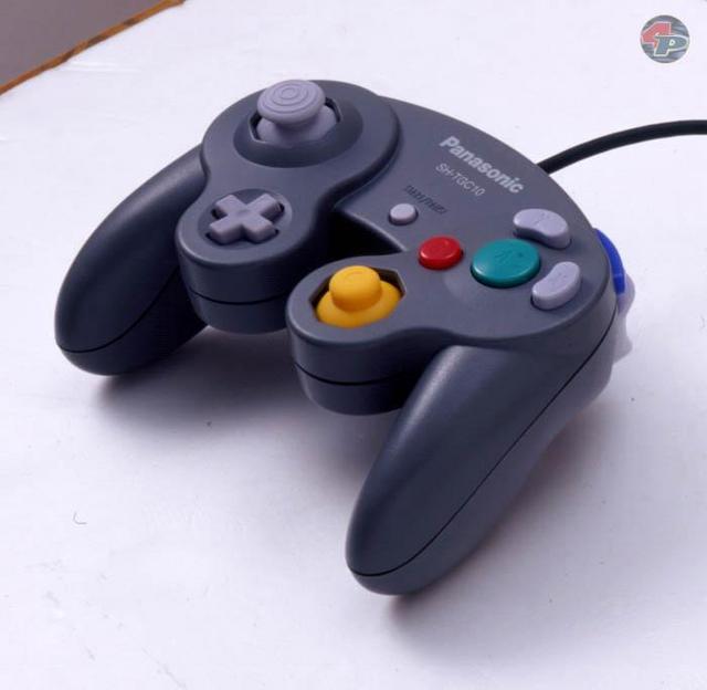 Der Q-Controller ist dunkelgrau und trägt das Panasonic-Logo, anstelle des GameCube-Logos.