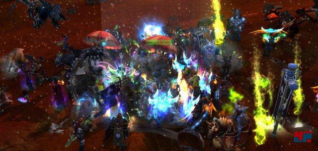 23:45 Uhr: Erzmagier Khadgar wird belagert. Hunderte von Spieler-Charakteren sind bereits vor Ort.