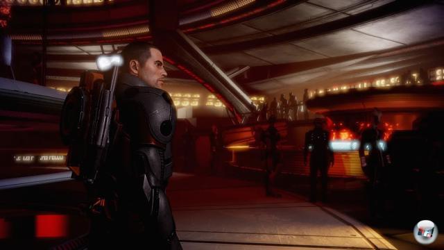 BioWare zieht porentiefe Register: Die Figuren �berzeugen mit nat�rlicher Mimik. Die kleinen leuchtenden Macken im Gesicht lassen sich �brigens vergr��ern, wenn man im Spiel eher den b�sen Rebellen gibt - Shepards Aussehen passt sich an.