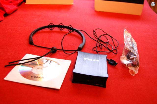 In der Verpackung befindet sich der Neural Impulse Actuator (NIA), also die kleine schwarze Box, das Headset (in diesem Fall Headband genannt), eine englische Anleitung und ein USB-Kabel. 1832903