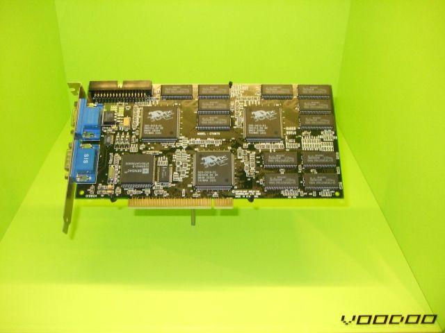 Voodoo Graphics <br><br> Die ersten Beschleunigerkarten mit dem 3D-Chipsatz der kalifornischen Firma 3dfx sorgten ab dem Jahr 1996 dafür, dass viele PC-Zocker nicht auf die beeindruckenden 32- und 64-Bit-Konsolen umstiegen. Die Exemplare der ersten Generation wurden noch als Erweiterung mit der 2D-Grafikkarte verbunden.  2194427