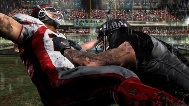 Blitz: The League<br><br>Vielleicht haben frustrierende Gurken wie »The Mission« aber sogar was für sich. Denn springt man anschließend wütend auf den Ball, könnte er sich z.B. verformen – in einen Football etwa. Und da gibt es ja bekanntlich einen seit Jahren unangefochtenen Hausherren namens EA Sports. Midway hatte lange gegen die Bayern unter den Publishern bestanden, aber während man sich für NFL Blitz noch Lizenzen für Teams und Sportler leisten konnte, müsste man inzwischen wahrscheinlich jedem EA-Rechteverwalter zwei einsame Inseln samt Strandnixen und lebenslangem WoW-Account versprechen, um die Originalnamen verwenden zu dürfen. Aus dem lizenzierten NFL Blitz wurde jedenfalls die frei erfundene Blitz: The League und aus der schon vorher nur bedingt realitätsnahen Serie wurden in Zeitlupe eingefangene Knochenbrüche mit Röntgensicht – eeeeklig! Aber richtig gut! Midway machte aus der Lizenz-Not nämlich eine Tugend und strickte gleich noch eine Story um den rauen Fantasy-Football. MachtE. Denn auch der zweite Blitz musste sich letztlich der EA'schen Weltherrschaft im Digitalsport geschlagen geben. 2120568