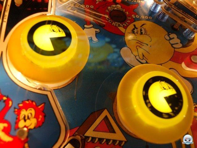 <b>Waka-waka! </b> <br><br>  Doch es ging auch andersherum: Um am Boom teilzuhaben, konstruierten die Hersteller Tische zu Videospiel-Marken. In Schwerin anspielbar sind z.B. ein Space-Invaders-Flipper und ein Exemplar mit Pacman-Thema. Auf Letzterem gibt es sogar mitten auf der Spielfläche ein kleines Labyrinth-Minispiel mit leuchtenden Lämpchen. 2307757