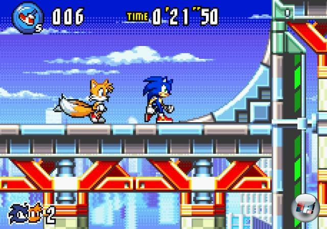 <b>Sonic Advance (2001)</b><br><br>Zur Jahrtausendwende hatte Sega seine Lektion aus den Saturn- und Dreamcast-Flops gelernt, und der Hardwareproduktion den Rücken gekehrt - ab sofort war das Traditionsunternehmen nur noch Softwarelieferant. Eines der ersten Objekte der Begierde war der gerade frisch veröffentlichte Gameboy Advance von Nintendo: Der ehemalige Klassenfeind war jetzt bester Kumpel, also konnte er auch mit Spielen versorgt werden. Den Anfang machte Sonic Advance (entwickelt vom externen Team Dimps), das optisch und spielerisch zu den Anfängen der Serie zurück schritt: Bunte, rasend schnelle 2D-Grafik, viel Jump, viel Run - und mit Sonic, Tails, Knuckles und Amy vier sehr unterschiedliche Charaktere, die mehrmaliges Durchspielen ermöglichten. Dem Erstling sollten noch zwei Teile folgen, bis die Serie schließlich den Sprung auf die nächste Plattform wagte - nämlich mit... 1858953
