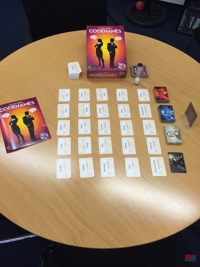 Codenames ist für zwei bis acht Spieler ausgelegt und komplett auf deutsch beim Heidelberger Spieleverlag erschienen. Es kostet 18,95 Euro.