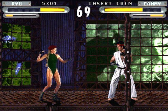 Street Fighter: The Movie (1995)<br><br>Vom Spiel zum Film zum Spiel: Die 1994er Spieleverfilmung Street Fighter zeichneten wir bereits letzte Woche als eine der schlimmsten Grausamkeiten aus, die man seinem Gehirn antun kann. Danach war das Leiden allerdings noch nicht vorbei, denn ein Jahr später tummelte sich das offizielle Spiel zum Film in Spielhallen sowie auf PlayStation und Saturn. Street Fighter: The Movie war eine obskure Mischung aus dem Street Fighter 2-Spielprinzip und digitalisierter Grafik im Stile von Mortal Kombat, für die ein großer Teil der Original-Schauspieler nochmal vor der Kamera hampelte, allen voran Jean-Claude van Damme und Kylie Minogue. Das ursprüngliche Spielhallen-Game wurde von Incredible Technologies entwickelt - und ist Dreck. Die kurz darauf nachgeschobenen Konsolen-Varianten sind zwar optisch größtenteils identisch, wurden aber von Capcom entwickelt - die nicht nur die Steuerung ursprünglichen SF2-Standards anpassten, und das Ganze damit erst vernünftig spielbar machten, sondern auch viele weitere kleine und große Änderungen vollzogen. Aber auch so bleibt das Pixel-Original in jeder Hinsicht weitaus überlegen. 1723555