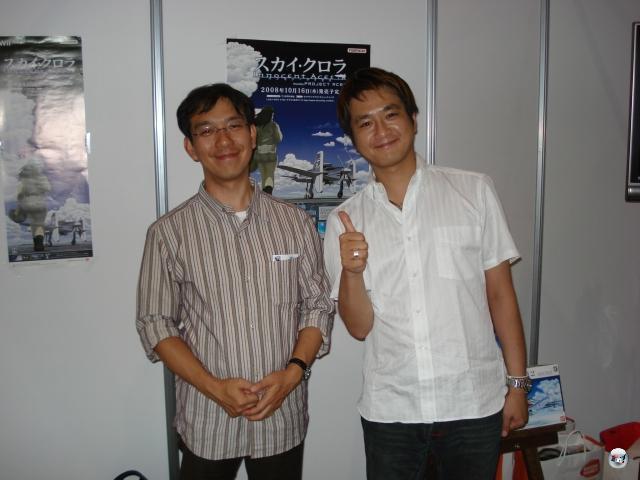 Eine der entspanntesten und unterhaltsamsten Präsentationen, die ich je in Japan hatte - und, Embargo sei Dank, darf ich nichts darüber schreiben. So werdet ihr gegenwärtig nichts davon erfahren, wie toll Sky Crawlers (von den Ace Combat-Machern) auf Wii aussieht, was für schöne Ideen darin stecken und wie wunderbar auskunftsfreudig die beiden anwesenden Entwickler Masanori Kato (hier nicht links) und Daisuke Uchiyama (schon gar nicht rechts im Bild) waren. Schon schade, nicht? 2012413