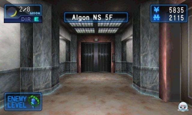 Während man die 3D-Schauplätze schrittweise erkundet, kann es jederzeit zu zufälligen  Kampfhandlungen kommen.