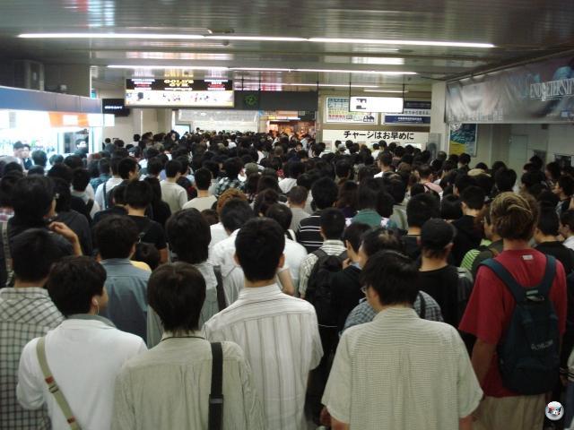 Die herausflutenden Menschenmassen in der S-Bahn-Station an der Makuhari Messe. Was bemerkenswert ist: In Deutschland hätten spätestens an dieser Stelle die ersten Assis ihr Anrecht auf den Platz ganz vorne hartnäckig durchgedrückt. Hier nicht. Kein Geschubse, kein Gedrängle, einfach ein gleichmäßiger Fluss, der nach kurzer Zeit zufrieden stellend aus der Station herausströmt. Warum kann das nicht überall so sein? 2012423