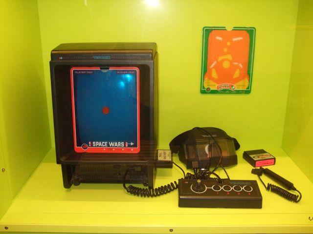 Vectrex <br><br> Kurz vor dem großen Zusammenbruch der Videospiele-Industrie im Jahre 1982 drehten sich die Träume junger Kaufhauszocker um leuchtende Vektoren: Die Luxus-Konsole Vectrex wurde in Europa von MB vertrieben und hatte den Bildschirm gleich ins Gehäuse eingebaut. Statt den damals üblichen 2D-Sprites zeichnete das 599 DM teure Gerät knackig scharfe Linien direkt auf die Mattscheibe. Wer Farbe ins Spiel bringen wollte, pappte bunte Folien darüber. 2194412