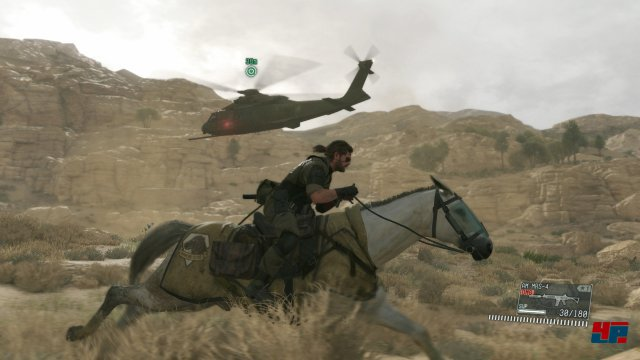 David gegen Goliath? Snake zieht mit seinem treuen Ross gegen einen schwert bewaffneten Kampfhubschrauber ins Feld.