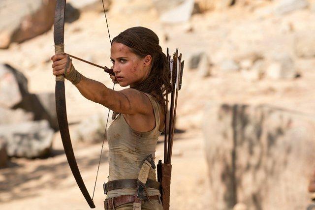 Lara setzt auf Pfeil und Bogen.