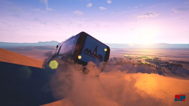 Autos, Motorräder und Quads rasen über den Sand - am Lenkrad eines Trucks hat das aber einen ganz besonderen Reiz.